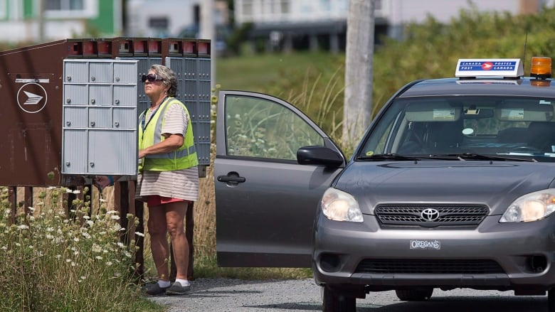 Rural Canada Post carriers may see 25% wage hike after pay