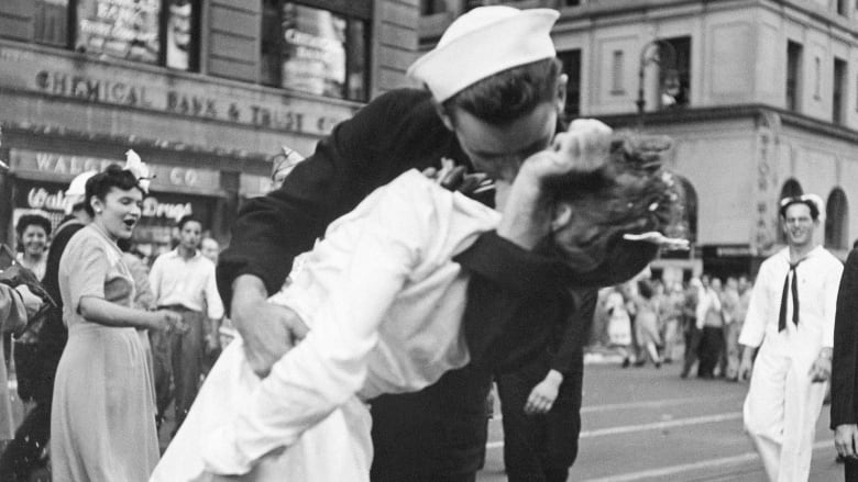 Sailor who kissed woman in one of the most famous photos of the 20th century is dead