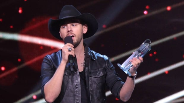 Brett Kissel accepts the fan's choice award at the 2016 Canadian Country Music Association Awards.