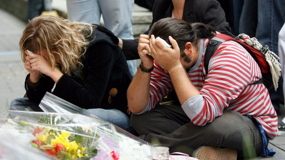 Students pause at a memorial for victims of the Dawson College shooting outside the downtown school in Montreal September 15, 2006.