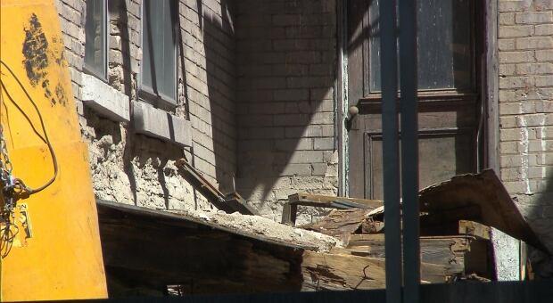 ESPLANADE/disintegrated balcony on 4413-4423.jpg