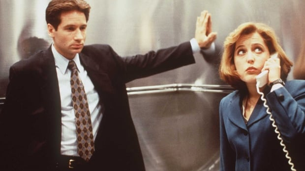 David Duchovny and Gillian Anderson appear in a 1996 promotional image for The X-Files. The show, which started in 1993, was filmed in Vancouver for its first 5 seasons.