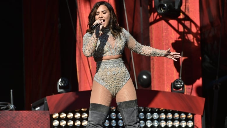 Demi Lovato celebrates 6 years of sobriety at concert