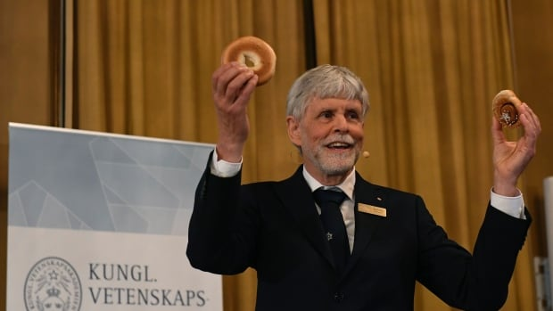 Thors Hans Hansson used a bagel, pretzel and a cinnamon bun to illustrate his explanations while announcing the winners of the 2016 Nobel Prize in Physics.