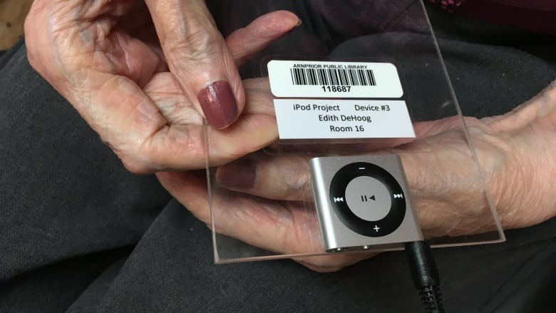 Arnprior nursing home uses iPods to treat dementia patients | CBC News