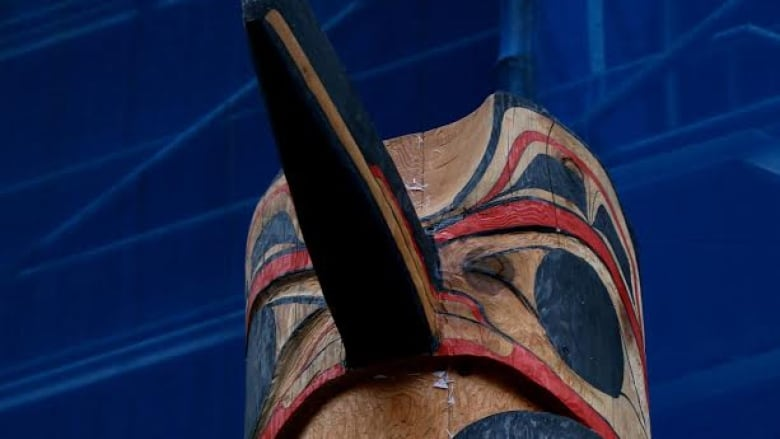 Survivors Totem Pole Raised In Vancouvers Downtown Eastside Cbc News
