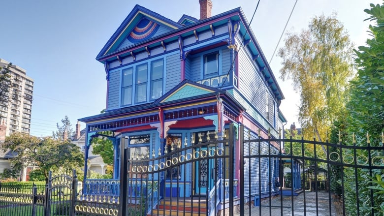 On the outside this Victoria heritage house is a classic Victorian \u0027painted lady\u0027 but inside the front door is a surprise. (Sotheby\u0027s International Realty ... & Victoria heritage home going for baroque | CBC News