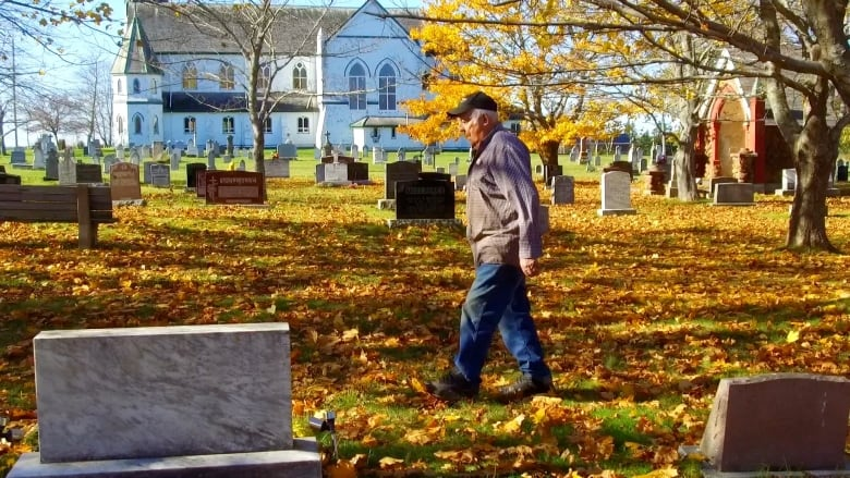 I love digging': 89-year-old man digs his own grave   CBC News