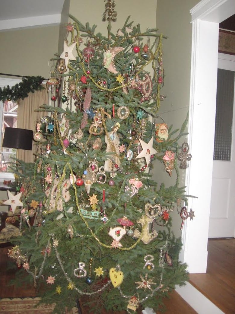 this tree is decorated top to bottom in vintage ornaments borrowed from a friend claude arsenault submitted by eptek centre