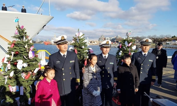 Victoria Chinese Public School students with Chinese Navy captains