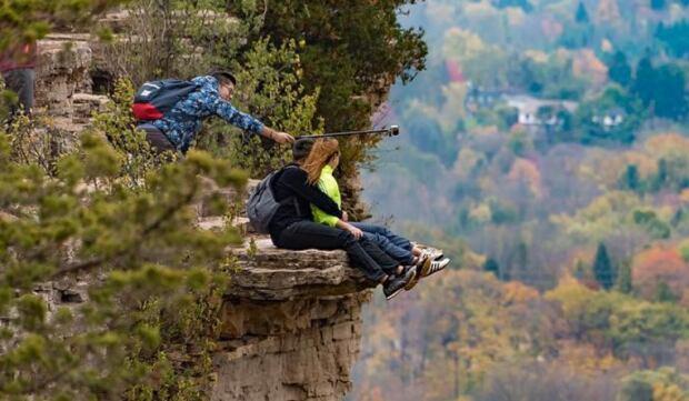 how to go to dundas peak