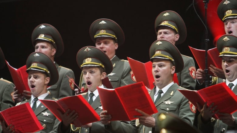 Russia remembers military choir singers killed in plane