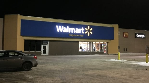 Visa cards will once again be accepted at Walmart stores in Thunder Bay, Ont., after the big box retailer announced it would not allow the the cards for payment in July.