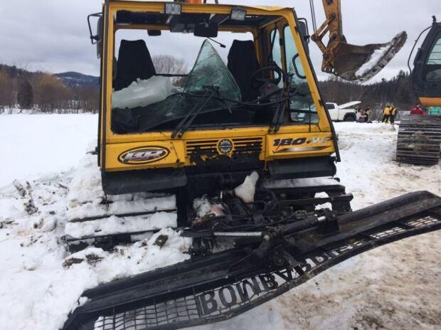 Snowcat damaged frozen Lake McMullin Val-des-Monts rescue Jan 19 2017