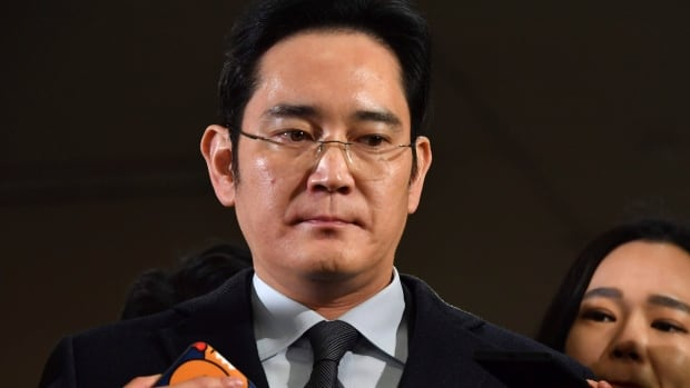 Lee Jae-yong, vice-chairman of Samsung Electronics, arrives to be questioned as a suspect in a corruption scandal at the office of the independent counsel in Seoul on Monday. The Seoul court said new criminal suspicion and additional evidence show there were enough reasons to take Lee into custody.