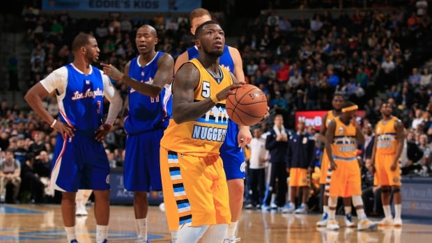 5-foot-9 Sixers D-Leaguer Nate Robinson goes through defender's legs