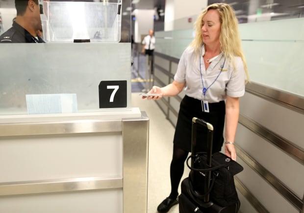 84151921 smartphone airport cbp u.s. airport