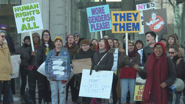 Crowds gathered outside Ottawa's National Gallery of Canada Thursday afternoon to protest a talk by Jordan Peterson, a Toronto psychology professor who has refused to call transgender students by their preferred pronouns.