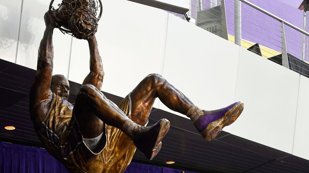 Lakers-shaq-statue-basketball