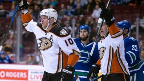 Ducks dominate listless Canucks