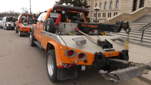 Tow Truck Ottawa >> Tow truck drivers welcome new law to allow blue lights for safety | CBC News