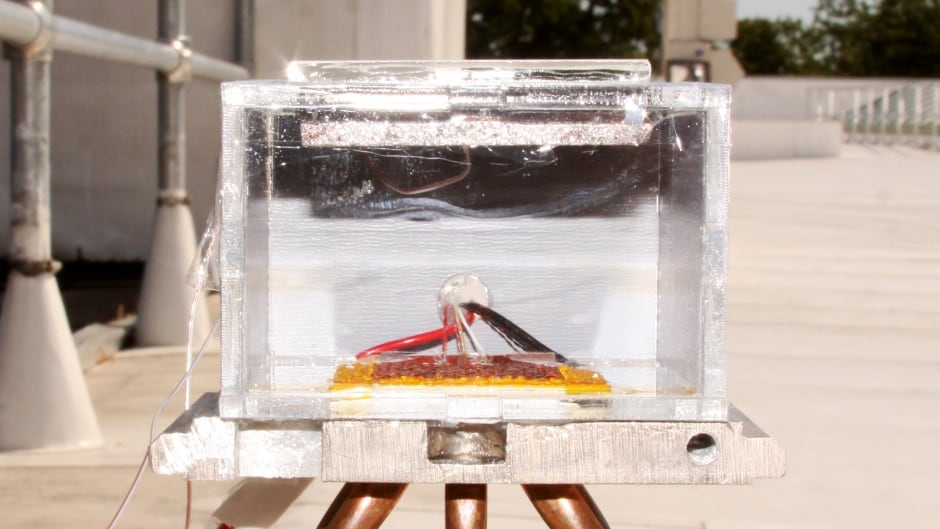 This solar-powered box makes clean drinking water from air. A special powder in the lid extracts water vapour from the air, which is then trapped and condensed inside the box to make drinkable water.