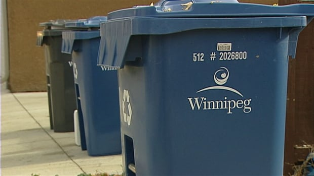 Winnipeg's largest union will get a crack at collecting garbage and recycling from multi-family dwellings in 2020 as part of a pilot project.