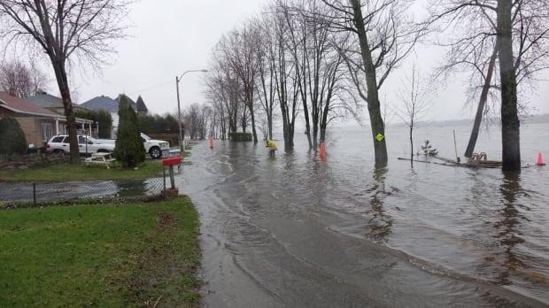 Hurtubise Boulevard Gatineau closed flooding evacuation risk April 21, 2017