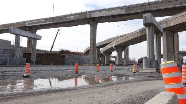 Quebec's Transport Ministry says design flaws in a number of beams produced delays in related Turcot projects.