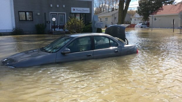 Some Pointe-Gatineau, Que., residents have had to abandon their cars trapped by flooding. Firefighters have gone door-to-door in parts of Gatineau to warn residents of the dangers of staying put as forecasts call for rain throughout the weekend.