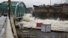 Water breaches Chaudiere bridge Gatineau flooding May 7, 2017