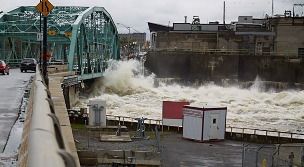 Water breaches Chaudiere bridge Gatineau flooding May 7, 2017