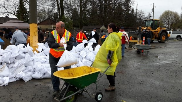 flood volunteers Vaudreuil