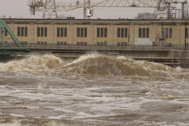 Wave near Chaudiere Bridge