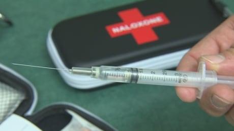 naloxone-syringe-needle