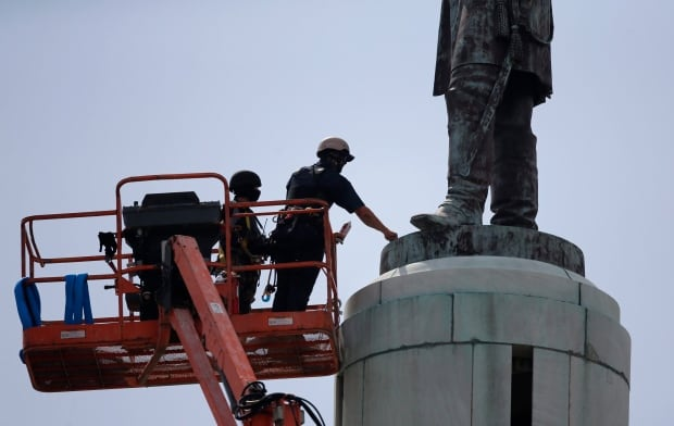 New Orleans removes monument to Confederate Gen. Robert E. Lee