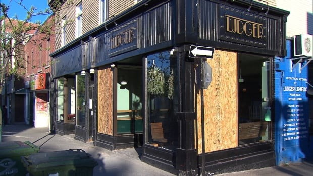Vandals smashed windows at the restaurant Ludger while diners were still inside.