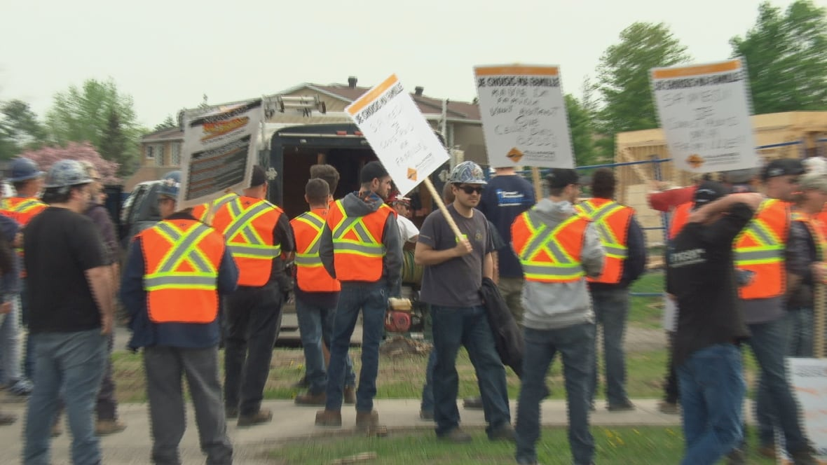 Quebec 'flash mob' pickets seek out job sites not ...