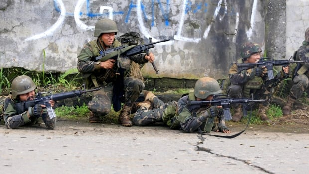 19 dead as troops fight ISIL-linked groups in Philippines