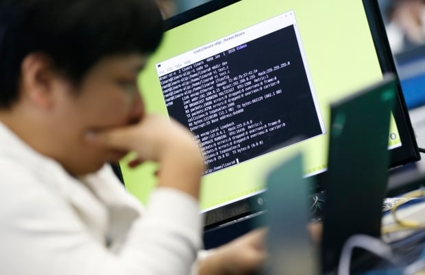 KOREA/ computer hack code terminal command line email laptop