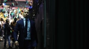 Cool hand Lue: Cavs coach keeps NBA champs calm amid chaos