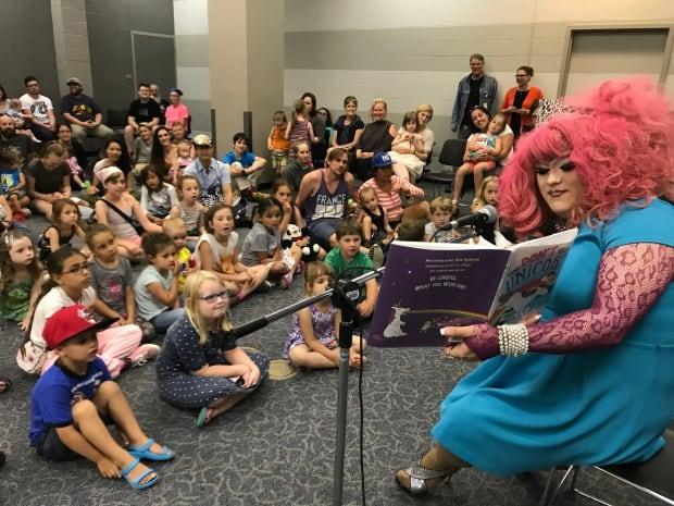 Puffy von Pop-n-Fresh reading to kids