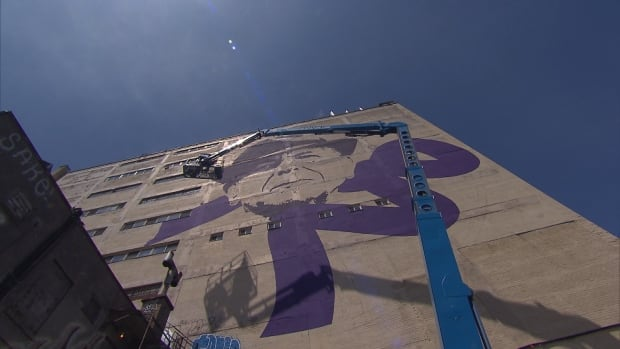 Paint the town montreal 39 s mural festival wraps up for Mural leonard cohen