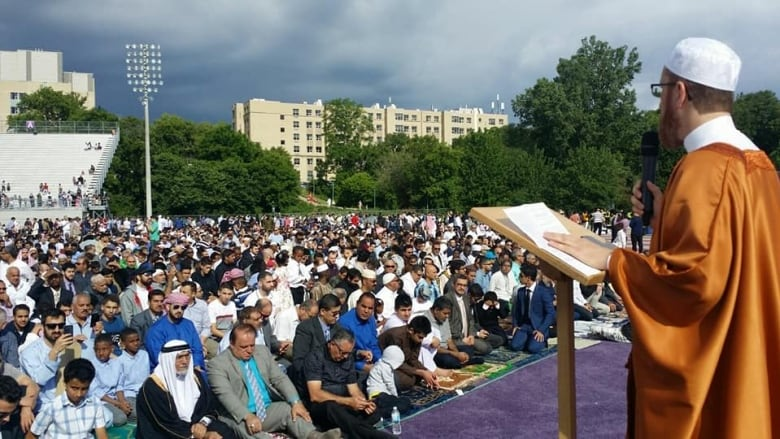 Simple London 2017 Eid Al-Fitr 2018 - london-muslim-mosque-football-stadium  Gallery_603969 .jpg