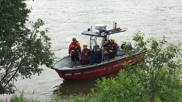 A boat from the Montreal fire department arrived Monday morning to search for Anoshan Nagaswara, who slipped and fell into Rivière des Prairies Sunday at around 6 p.m.
