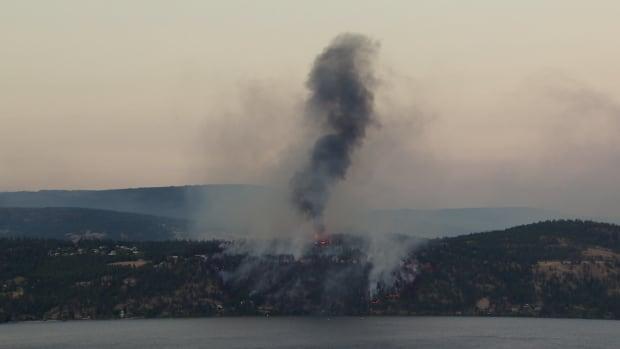 mii-de-canadieni-au-fugit-din-calea-incendiilor-din-zona-columbia-britanica