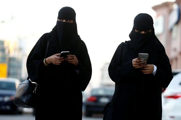 Saudi Arabian women in abayas RTX2Y08N