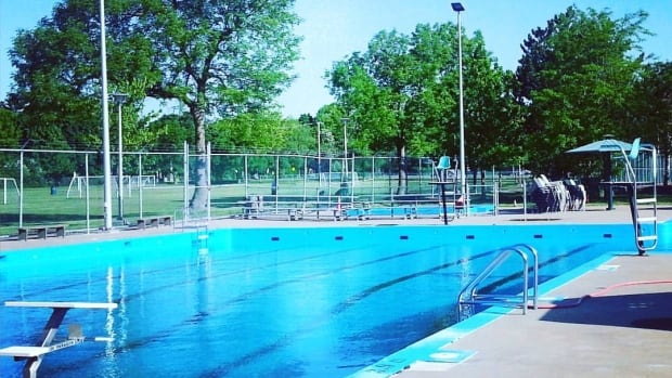 The Valois Pool, a community pool in Pointe-Claire, is warning users that one of its members has been diagnosed with the mumps.