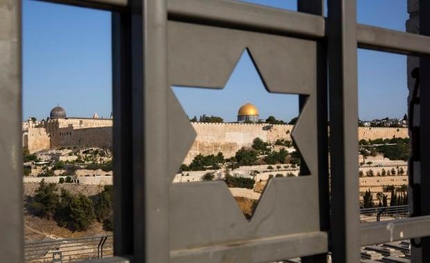 Israel dismantles metal detectors at Jerusalem holy site