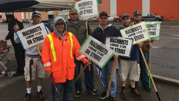 Members of the International Machinists Association Local 1120 are picketing at Lakehead Motors in Thunder Bay, Ont.